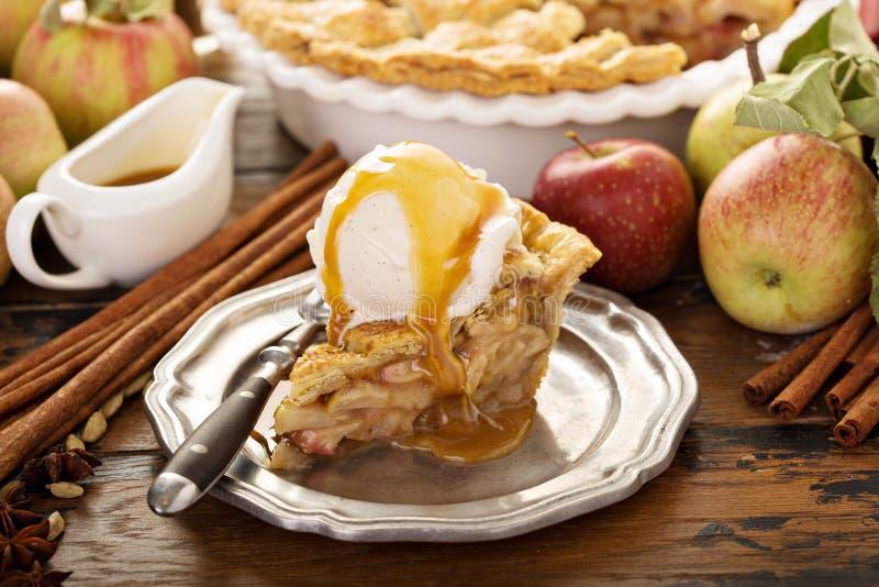 Σπιτική φέτα πιτών μήλων με το παγωτό βανίλιας στοκ εικόνα με δικαίωμα ελεύθερης χρήσης