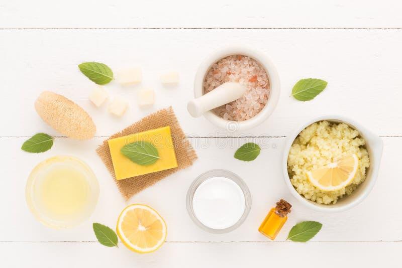 Σπιτική φροντίδα δέρματος και προσοχή σωμάτων με το φυσικό άλας συστατικών, στοκ φωτογραφία
