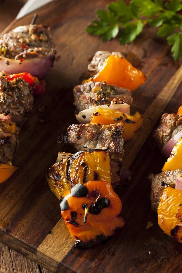 Σπιτική ψημένη στη σχάρα μπριζόλα και χορτοφάγο Shish Kebabs στοκ εικόνες με δικαίωμα ελεύθερης χρήσης