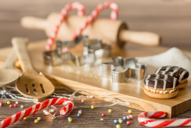 Σπιτικοί κάλαμοι και μπισκότα Χριστουγέννων στοκ εικόνες