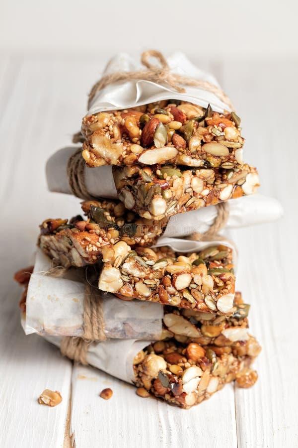 Σπιτικοί φραγμοί προγευμάτων Superfood με τα ψημένα καρύδια ως αμύγδαλο, κ στοκ φωτογραφίες με δικαίωμα ελεύθερης χρήσης