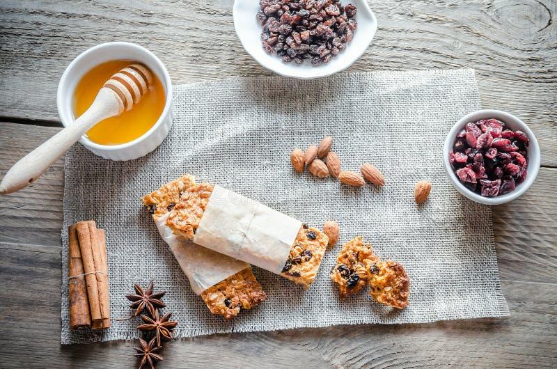 Σπιτικοί φραγμοί granola sackcloth στοκ φωτογραφία