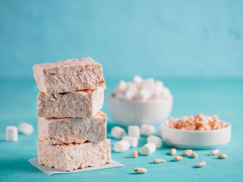Σπιτικοί φραγμοί Marshmallow και του τριζάτου ρυζιού στοκ εικόνες με δικαίωμα ελεύθερης χρήσης