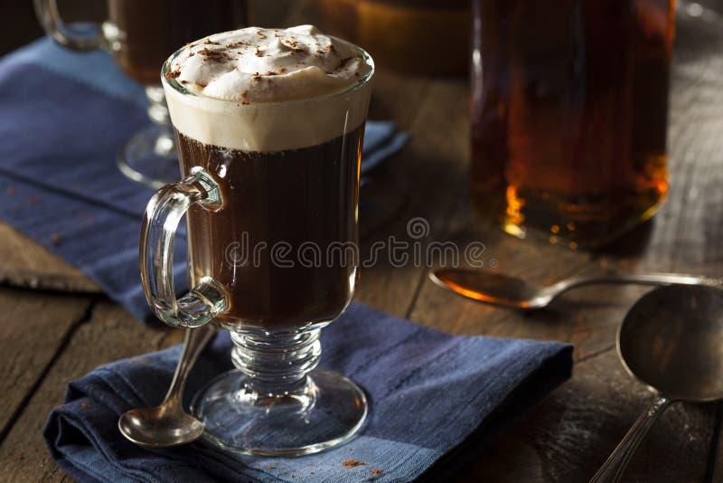 Σπιτικός ιρλανδικός καφές με το ουίσκυ στοκ εικόνες