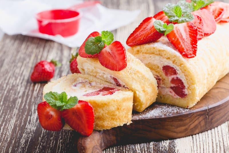 Σπιτικός ρόλος κέικ φραουλών shortcake στοκ φωτογραφία με δικαίωμα ελεύθερης χρήσης