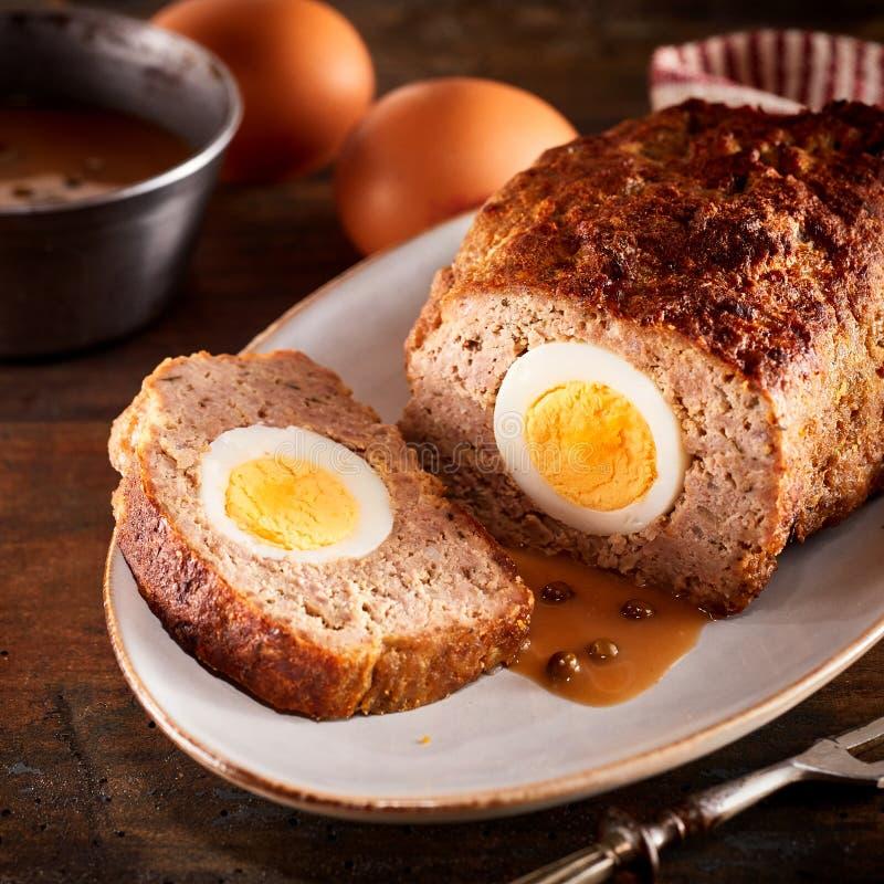 Σπιτικός ρόλος κιμά που γεμίζουν με τα βρασμένα αυγά στοκ εικόνες