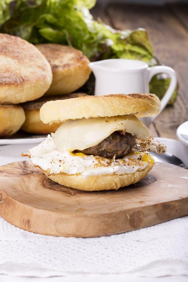 Σπιτικό αγγλικό Muffin σάντουιτς προγευμάτων στοκ εικόνα