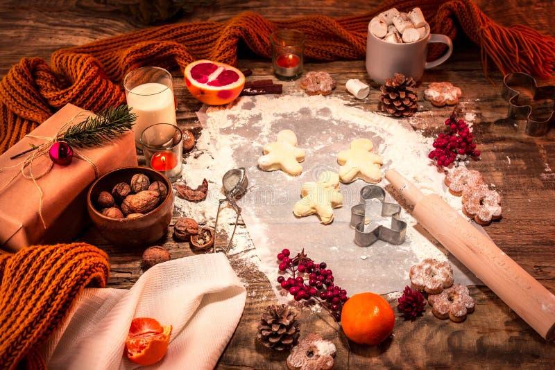 Σπιτικό αρτοποιείο που κάνει, μπισκότα μελοψωμάτων με μορφή κινηματογράφησης σε πρώτο πλάνο χριστουγεννιάτικων δέντρων στοκ εικόνα