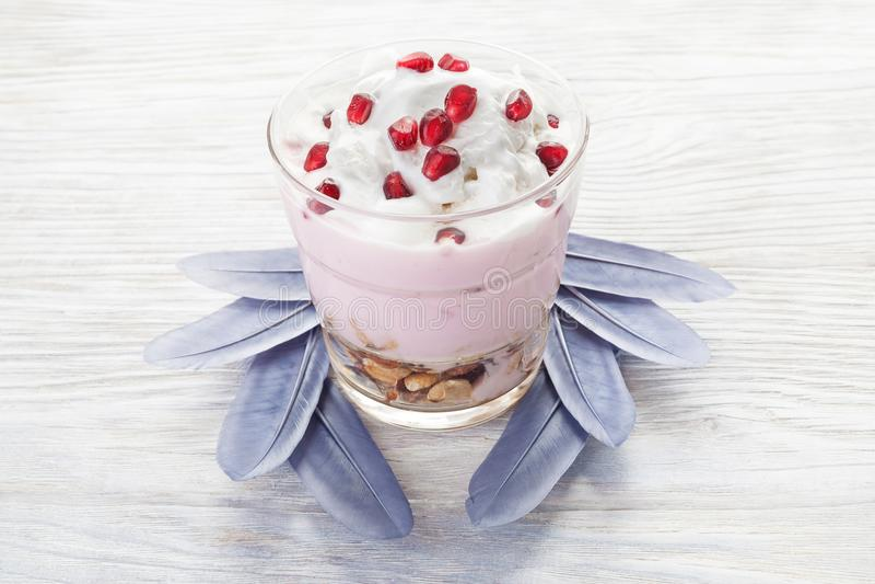 Σπιτικό γεύμα γιαουρτιού με τα φρούτα, εκλεκτική εστίαση Ελαφριά υγιής έννοια τροφίμων στοκ φωτογραφία με δικαίωμα ελεύθερης χρήσης