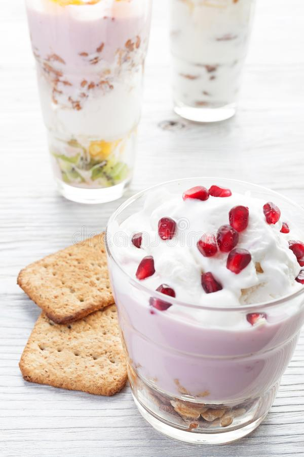 Σπιτικό γεύμα γιαουρτιού με τα φρούτα, εκλεκτική εστίαση στοκ εικόνα με δικαίωμα ελεύθερης χρήσης