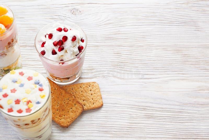 Σπιτικό γεύμα γιαουρτιού με τα φρούτα, εκλεκτική εστίαση στοκ εικόνες με δικαίωμα ελεύθερης χρήσης