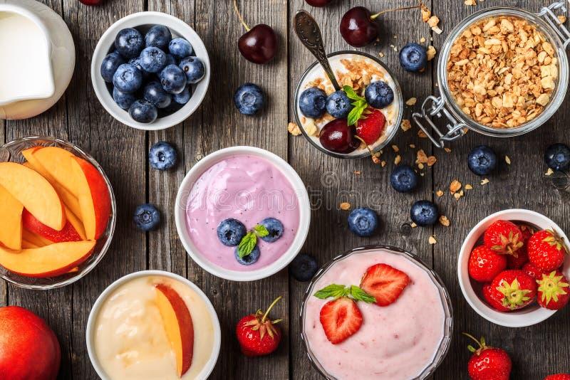 Σπιτικό γιαούρτι με τη φρέσκια φράουλα, βακκίνιο, ροδάκινο στοκ φωτογραφία με δικαίωμα ελεύθερης χρήσης
