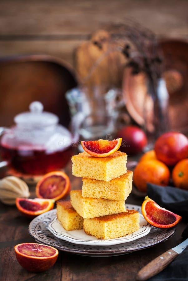Σπιτικό γλουτένη-ελεύθερο κέικ πορτοκαλιών polenta, αμυγδάλων και αίματος στοκ φωτογραφία