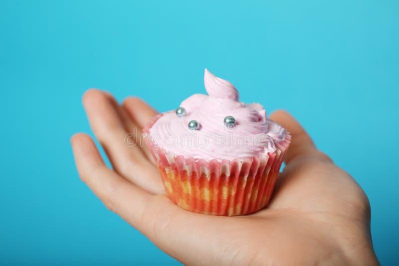 Σπιτικό γλυκό muffin με την κρέμα διαθέσιμη στοκ εικόνα