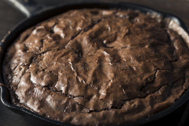 Σπιτικό γλυκό σκοτεινό Brownie σοκολάτας σε ένα Skillet στοκ φωτογραφία με δικαίωμα ελεύθερης χρήσης
