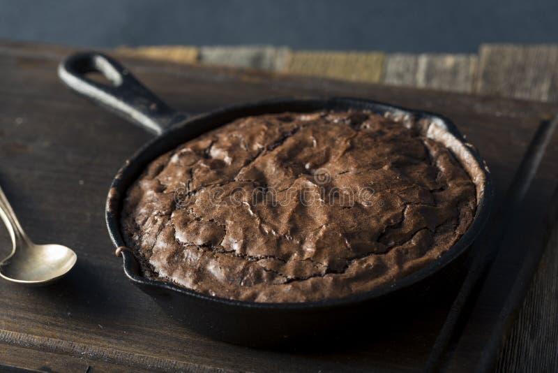Σπιτικό γλυκό σκοτεινό Brownie σοκολάτας σε ένα Skillet στοκ φωτογραφίες με δικαίωμα ελεύθερης χρήσης
