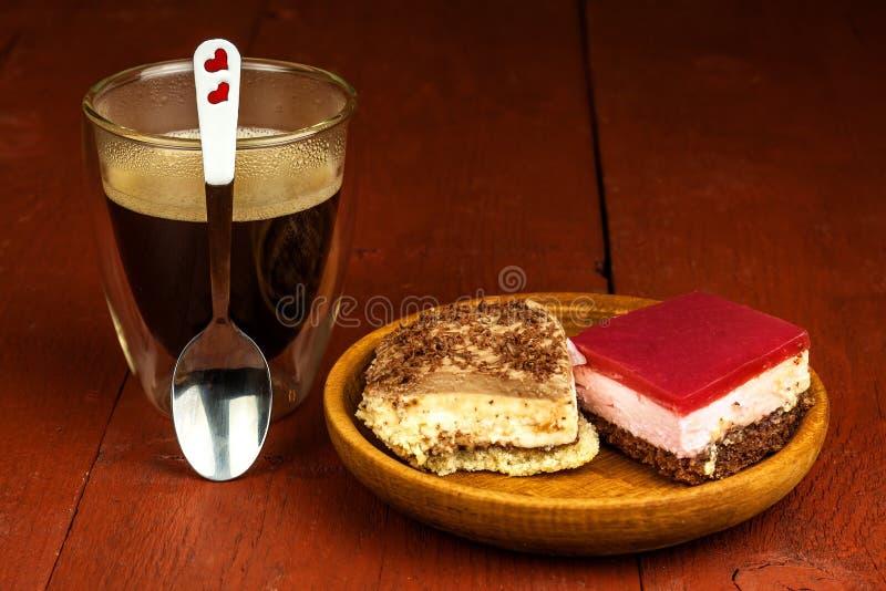 Σπιτικό επιδόρπιο και καυτός καφές Γλυκά για τον καφέ Ο κίνδυνος της παχυσαρκίας και διαβήτη food unhealthy στοκ εικόνες