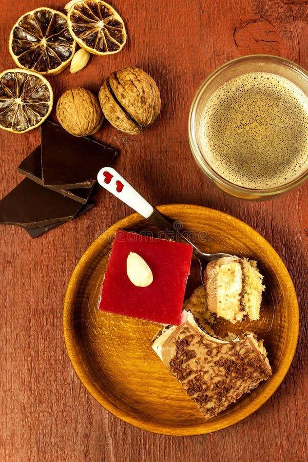 Σπιτικό επιδόρπιο και καυτός καφές Γλυκά για τον καφέ Ο κίνδυνος της παχυσαρκίας και διαβήτη food unhealthy στοκ φωτογραφία με δικαίωμα ελεύθερης χρήσης