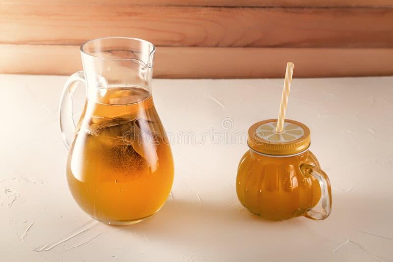Σπιτικό ζυμωνομμένο ποτό Kombucha σε μια κανάτα γυαλιού σε έναν ξύλινο πίνακα στοκ εικόνα με δικαίωμα ελεύθερης χρήσης