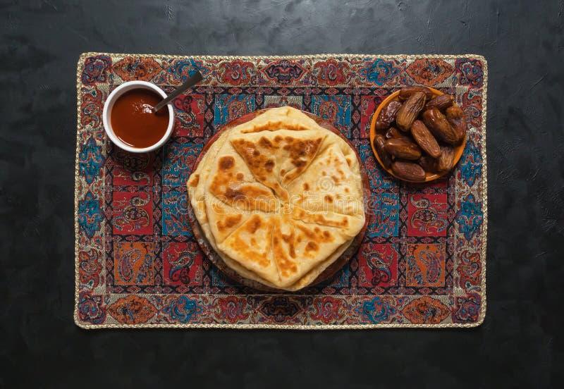 Σπιτικό ινδικό Naan Flatbread που γίνεται με ολόκληρο το σίτο στοκ φωτογραφίες