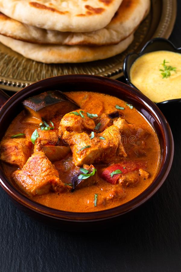 Σπιτικό κάρρυ Masala κοτόπουλου Tandoori έννοιας τροφίμων με τη naan βυθίζοντας σάλτσα ψωμιού και γιαουρτιού με το διάστημα αντιγ στοκ εικόνα