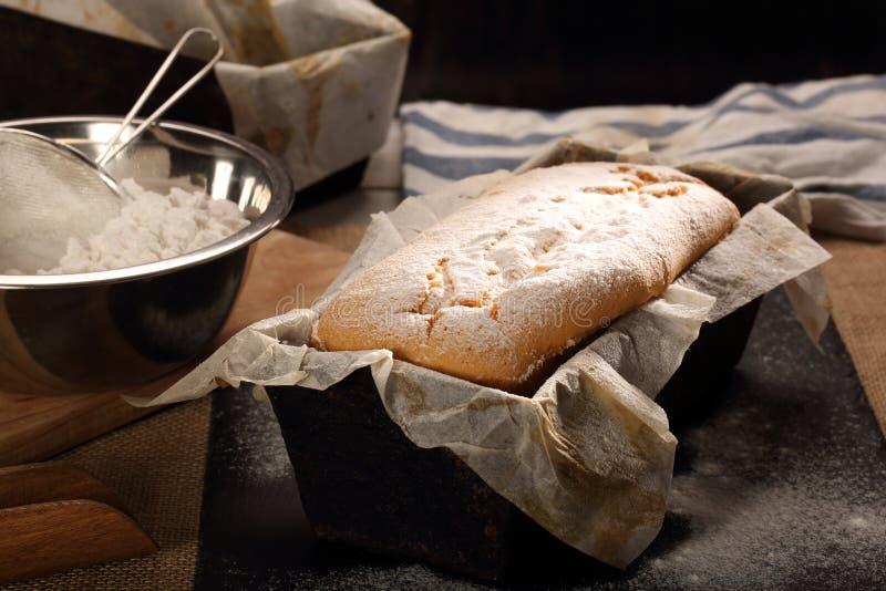 Download Σπιτικό κέικ λιβρών με την κονιοποιημένη ζάχαρη στη φόρμα ψησίματος Στοκ Εικόνες - εικόνα από βούτυρο, λίβρα: 62700704
