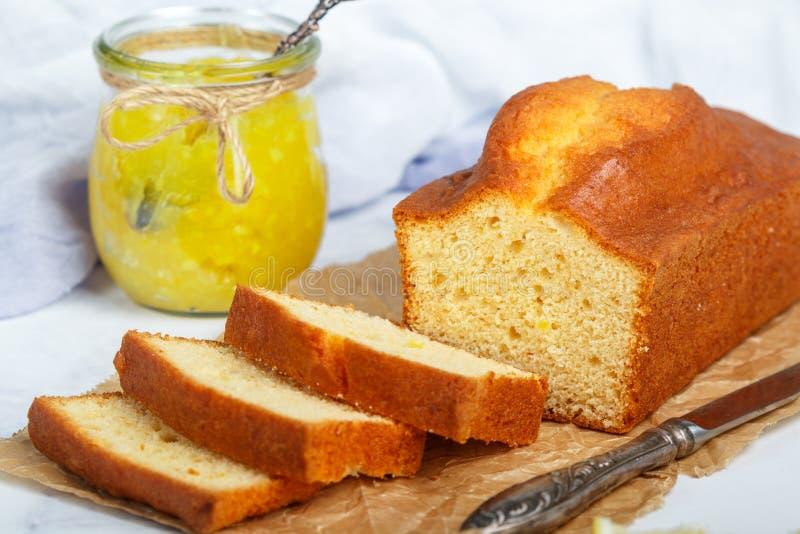 Σπιτικό κέικ λιβρών με το λεμόνι και τη μαρμελάδα Παραδοσιακός μεταχειριστείτε για το τσάι στοκ εικόνες με δικαίωμα ελεύθερης χρήσης