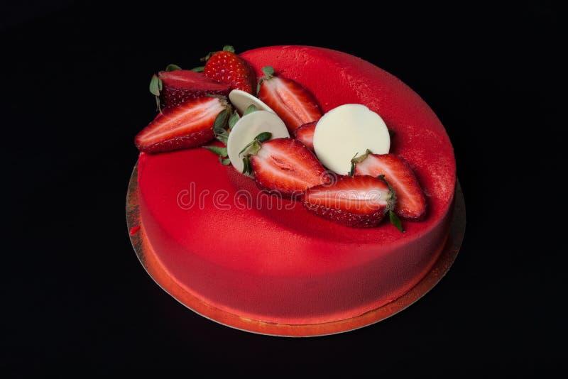 Σπιτικό κέικ με το κρεμώδες ντεκόρ σε ένα μαύρο υπόβαθρο στοκ φωτογραφίες με δικαίωμα ελεύθερης χρήσης