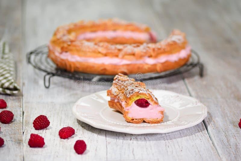 Σπιτικό κέικ Παρίσι Brest με τα σμέουρα, αμύγδαλο, σκόνη ζύμης choux ζάχαρης Γαλλικό επιδόρπιο στοκ φωτογραφία με δικαίωμα ελεύθερης χρήσης