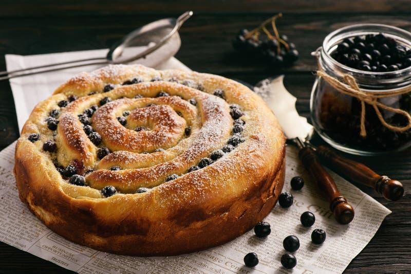Σπιτικό κέικ σπόρου παπαρουνών με τα μούρα aronia στοκ εικόνες