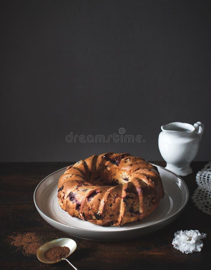 Σπιτικό κέικ στο αγροτικό ξύλινο υπόβαθρο στοκ εικόνες με δικαίωμα ελεύθερης χρήσης