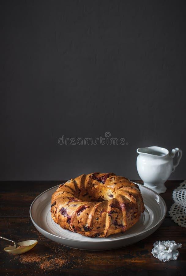 Σπιτικό κέικ στο αγροτικό ξύλινο υπόβαθρο στοκ φωτογραφία με δικαίωμα ελεύθερης χρήσης