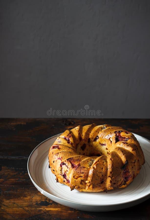 Σπιτικό κέικ στο αγροτικό ξύλινο υπόβαθρο στοκ φωτογραφίες