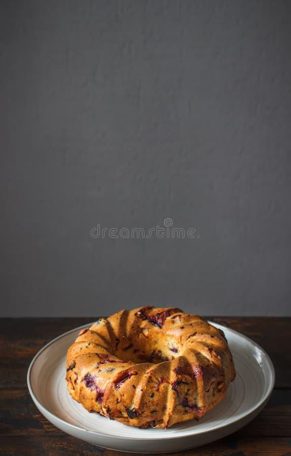 Σπιτικό κέικ στο αγροτικό ξύλινο υπόβαθρο στοκ εικόνα