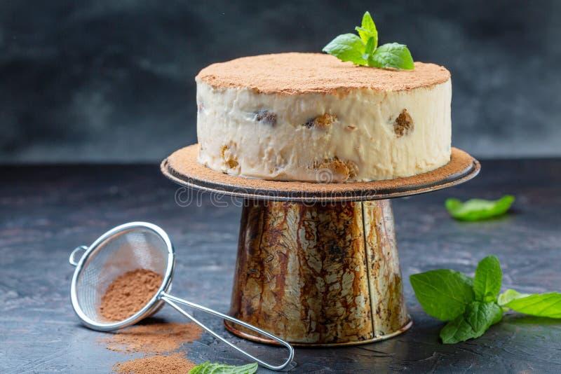 Σπιτικό κέικ tiramisu σε μια στάση στοκ εικόνα