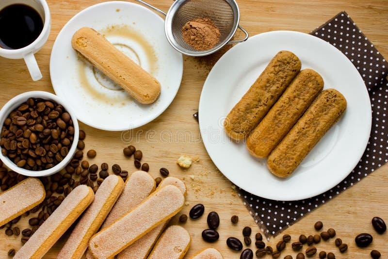 Σπιτικό κέικ Tiramisu Συστατικά για την κατασκευή του ιταλικού επιδορπίου στοκ εικόνες