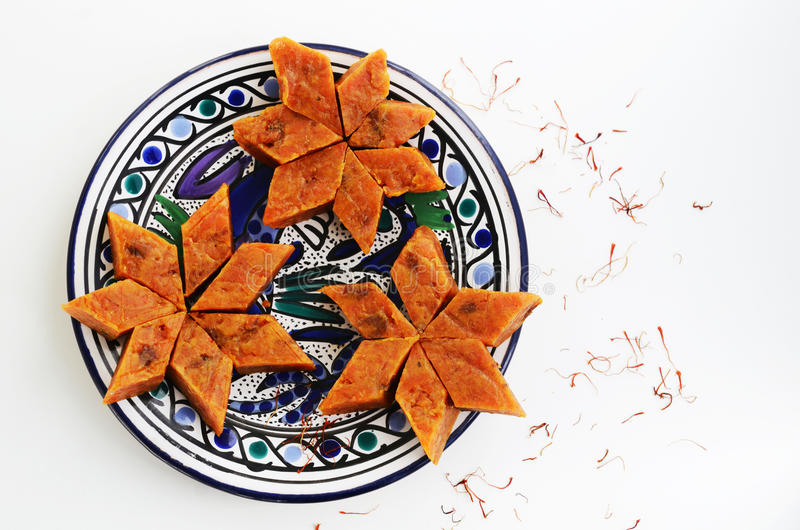 Σπιτικό καρότο halvah, παραδοσιακό ινδικό γλυκό, στο μπλε πιάτο στοκ εικόνα με δικαίωμα ελεύθερης χρήσης