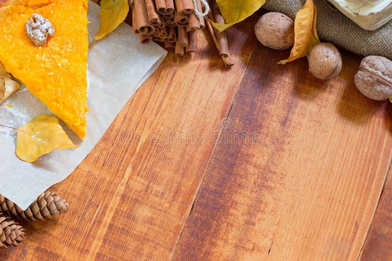 Σπιτικό κομμάτι κολοκύθας που διακοσμείται με τα φύλλα πτώσης από πάνω στο ξύλινο υπόβαθρο στοκ φωτογραφία με δικαίωμα ελεύθερης χρήσης