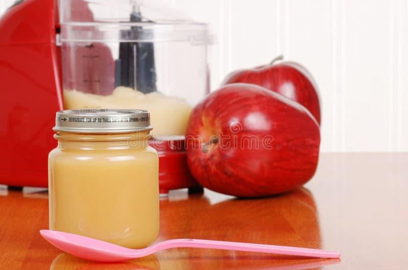 σπιτικό κουτάλι σάλτσας παιδικής τροφής μήλων στοκ εικόνα