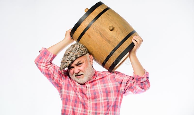 Σπιτικό κρασί Έννοια οινοποιιών Ο γενειοφόρος πρεσβύτερος ατόμων φέρνει το ξύλινο βαρέλι για το άσπρο υπόβαθρο κρασιού Παραγωγή τ στοκ εικόνες