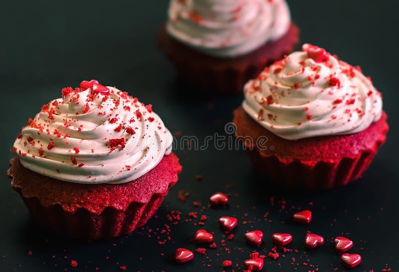 Σπιτικό κόκκινο βελούδο cupcakes στοκ εικόνες