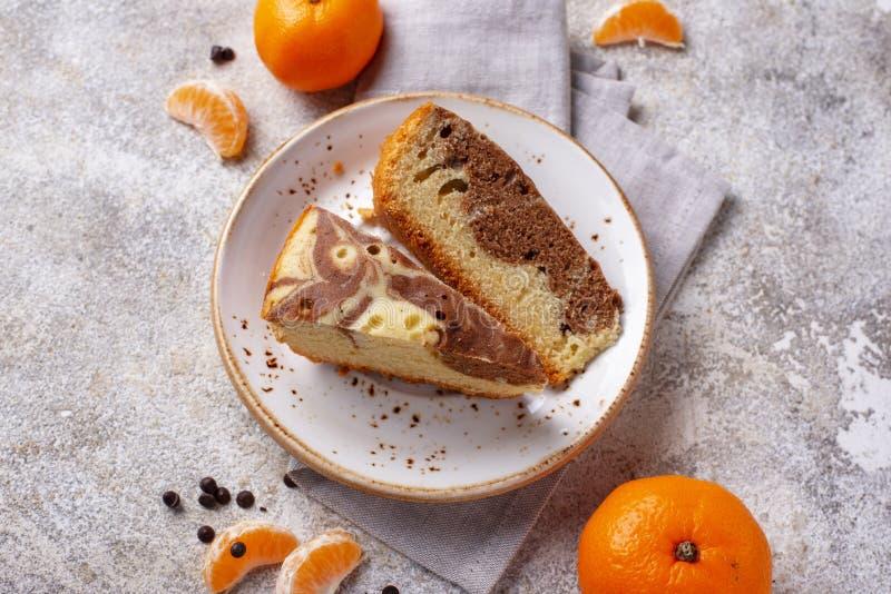 Σπιτικό μαρμάρινο κέικ με τη σοκολάτα και το πορτοκάλι στοκ φωτογραφίες