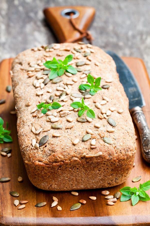 Σπιτικό ολόκληρο ψωμί σίκαλης με τους σπόρους ηλίανθων και τον ελληνικό βασιλικό λ στοκ φωτογραφία με δικαίωμα ελεύθερης χρήσης