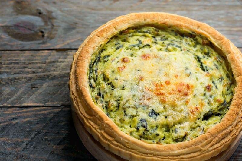 Σπιτικό πίτα Λωρραίνη ζύμης ριπών με την ελβετική γραβιέρα πράσων και μαλακό τυρί αιγών με τη scrumptious χρυσή κρούστα στον ξύλι στοκ εικόνες