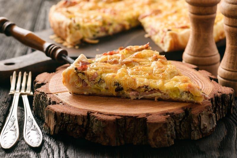Σπιτικό πίτα με το πράσο, το ζαμπόν και το τυρί στο ξύλινο υπόβαθρο στοκ εικόνα με δικαίωμα ελεύθερης χρήσης