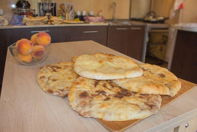 Σπιτικό παραδοσιακό της Γεωργίας ψωμί ψησίματος - lobiani πιτών φασολιών με τα φασόλια στον ξύλινο πίνακα στοκ εικόνες