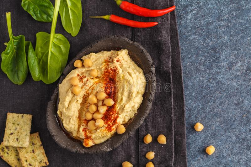 Σπιτικό παραδοσιακό hummus σε ένα πιάτο αργίλου με το σπανάκι και crac στοκ φωτογραφίες με δικαίωμα ελεύθερης χρήσης