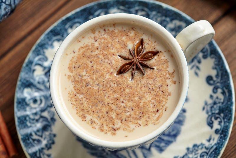Σπιτικό παραδοσιακό καυτό ινδικό γλυκό γάλα chai τσαγιού Masala latte με τα καρυκεύματα, οργανική έγχυση χορταριών στοκ εικόνες με δικαίωμα ελεύθερης χρήσης