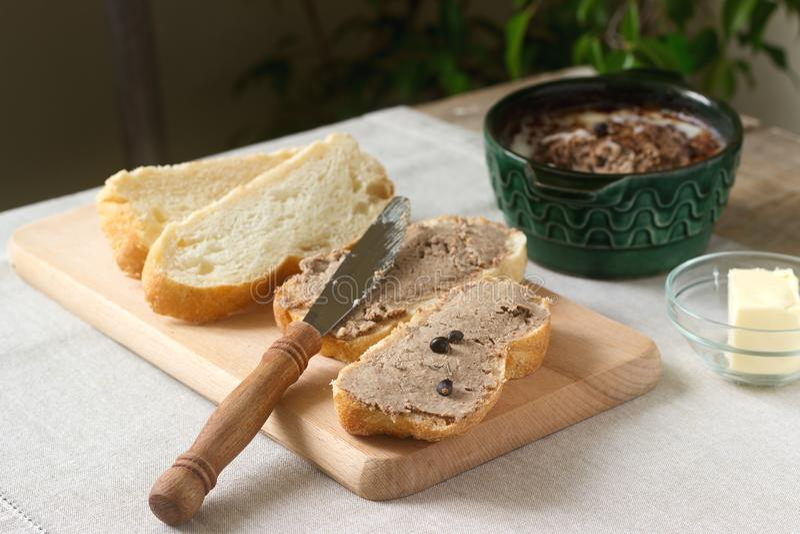 Σπιτικό πατέ συκωτιού με το ψωμί και το βούτυρο Αγροτικό ύφος στοκ εικόνες