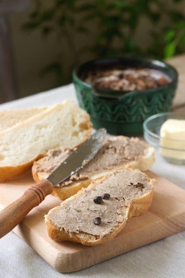 Σπιτικό πατέ συκωτιού με το ψωμί και το βούτυρο Αγροτικό ύφος στοκ εικόνες με δικαίωμα ελεύθερης χρήσης